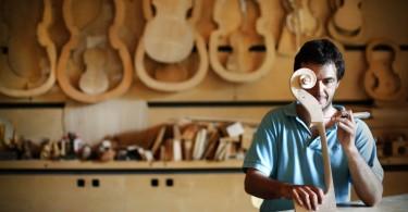 artigiano lavora strumenti musicali legno